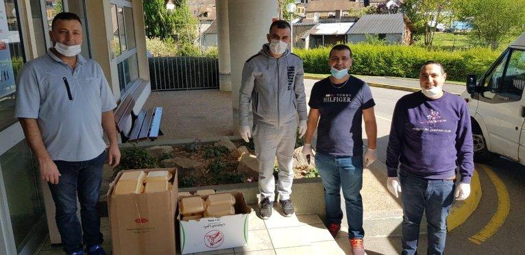 عبد الرحمن عجاج، لاجئ سوري جمع 12 عائلة سورية لتقديم وجبات طعام إلى الأطباء في نورماندي.