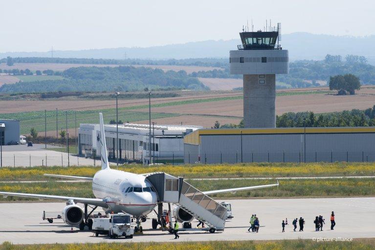 (عکس: ارشیف)/گروهی از مهاجران از یونان به میدان هوایی کاسل در آلمان رسیده اند. ۲۴ جولای سال ۲۰۲۰/عکس: picture-alliance/S. Pfoertner
