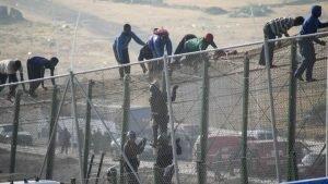 مهاجرون يتخطون الشريط الحدودي من المغرب باتجاه جيب سبته الإسباني نهاية تموز/يوليو الماضي. أ ف ب