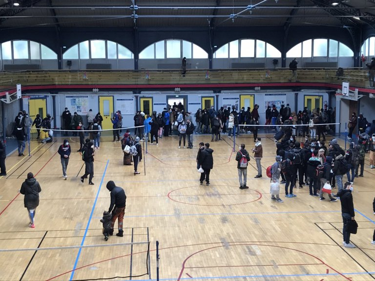 À Paris, un gymnase a été réquisitionné par des centaines de sans-abri et un collectif d'associations pour réclamer des logements, jeudi 6 mai. Crédit : Twitter / Utopia 56