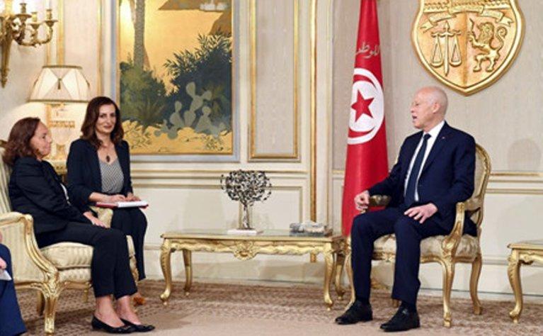 الرئيس قيس سعيد خلال اجتماع مع وزيرة الداخلية الإيطالية لوشيانا لامورجيزي في قصر قرطاج في تونس. المصدر: إي بي إيه/ أنسا.