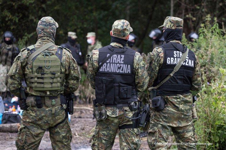 Border Police officers surround a makeshift camp in Usnarz Gorny on August 19, 2021 | Photo: Maciej Luczniewski/NurPhoto