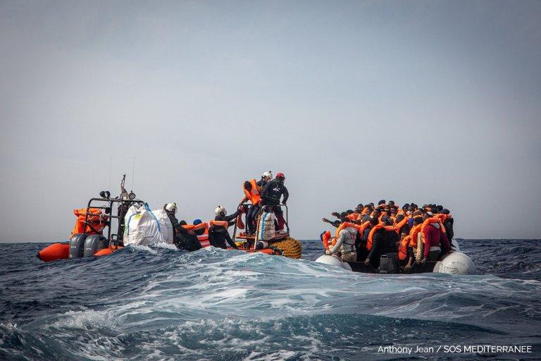 L'équipage de l'Ocean Viking a secouru 106 personnes samedi 20 mars, portant à 116 le nombre de rescapés à bord du navire humanitaire. Crédit : SOS Méditerranée