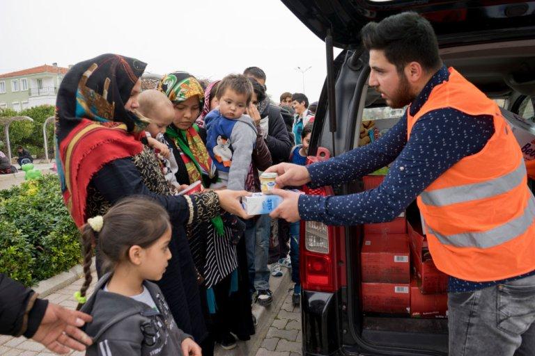 Getty Images/Majority World  Des réfugiés reçoivent de la nourriture et des médicaments dans le parc de Cesme à Izmir en Turquie.