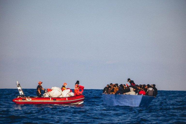 """فريق سفينة """"آلان كردي"""" ينقذ مهاجرين من الغرق الاثنين 6 نيسان/أبريل. الصورة: منظمة """"سي آي"""" الألمانية"""