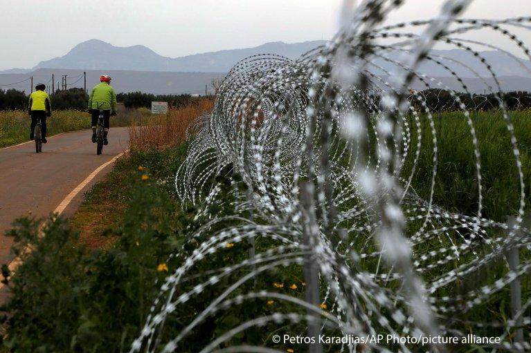 أسلاك شائكة على الحدود القبرصية في الشطر الجنوبي من الجزيرة.  Picture alliance/ASSOCIATED PRESS/Petros Karadjias
