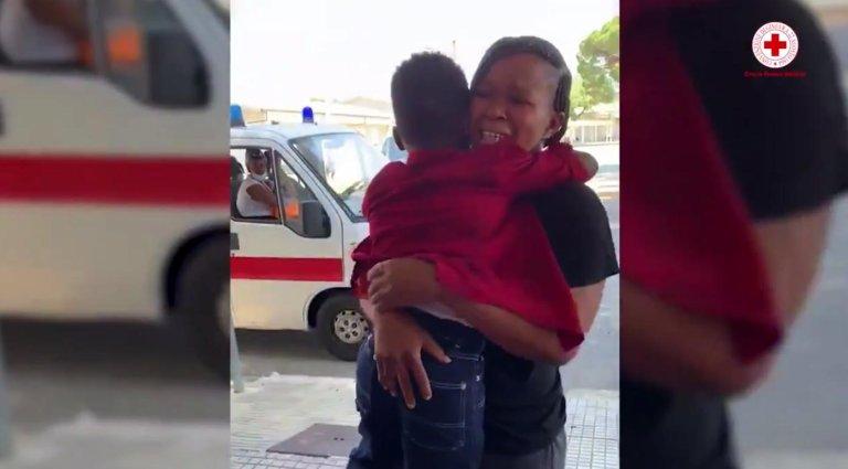 Cette mère a retrouvé son fils de six ans en Sicile. Crédit : Croix-Rouge