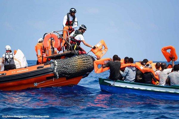 Une opération de sauvetage de l'Aquarius. L'ancien bateau de SOS Méditerranée a sauvé la vie de plus de 30 000 personnes en 2 ans de mission. Crédit : SOS Méditerranée / Guglielmo Mangiapane
