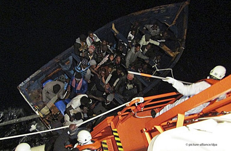 Around 42 migrants are rescued off the south coast of Gran Canaria, Canary Islands, Spain, 8 February 2016 | Photo: picture-alliance/EPA/Spanish Maritime Rescue Service