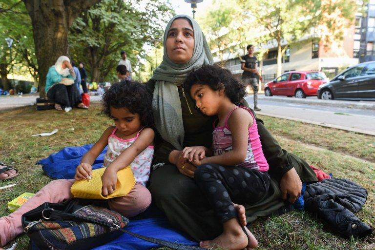 كيراز، طالبة لجوء سورية تعيش في حديقة بباريس مع زوجها وأبنائها الستة. 14 آب/ أغسطس 2018 | المصدر: مهاجر نيوز