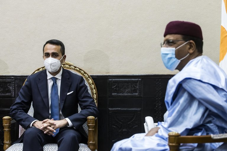 Foreign Minister Luigi Di Maio (L) with Niger's president Mohamed Bazoum (R) during an official visit to Niger   Photo: ANSA/Angelo Carconi