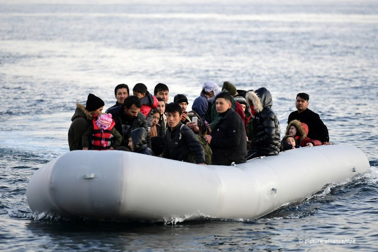 Migrants on a rubber dinghy shortly before reaching Greek shores at Skala Sikaminias on the island of Lesbos after having crossed over from Turkey, March 2, 2020 | Photo: Picture-alliance