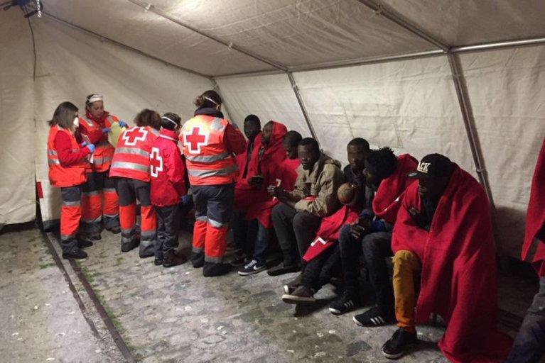 """ansa / متطوعون من الصليب الأحمر الصربي يقدمون اللبن لأحد المهاجرين، من أجل تغذية طفله، في مخيم """"بريشيفو"""" لاستقبال اللاجئين في صربيا. المصدر: الصليب الأحمر"""