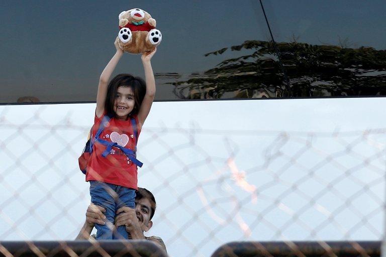 Selon l'Unicef, un tiers des 12 000 enfants réfugiés de Grèce est scolarisé. Ici une jeune fille durant une opération de police pour vider de ses occupants l'aéroport abandonné de Hellenikon, à Athènes, le 2 juin 2017.