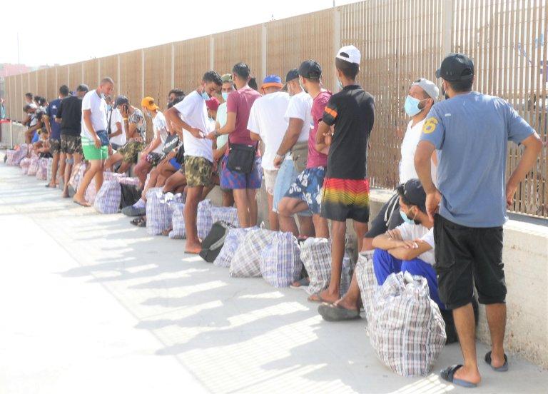 ANSA / استئناف الاتصالات ونقل المهاجرين بعد العطلة الأسبوعية على السفينة التي تربط جزر بيلاجي ببقية صقلية. المصدر: أنسا / إليو ديسيديرو.