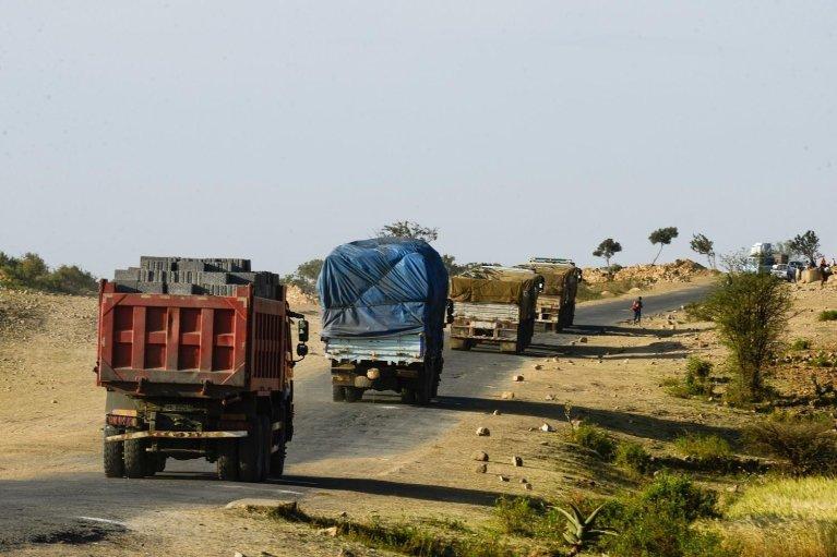 Michael TEWELDE / AFP |Des camions sur une route du côté éthiopien de la frontière qui sépare l'Ethiopie de l'Erythrée (image d'illustration).