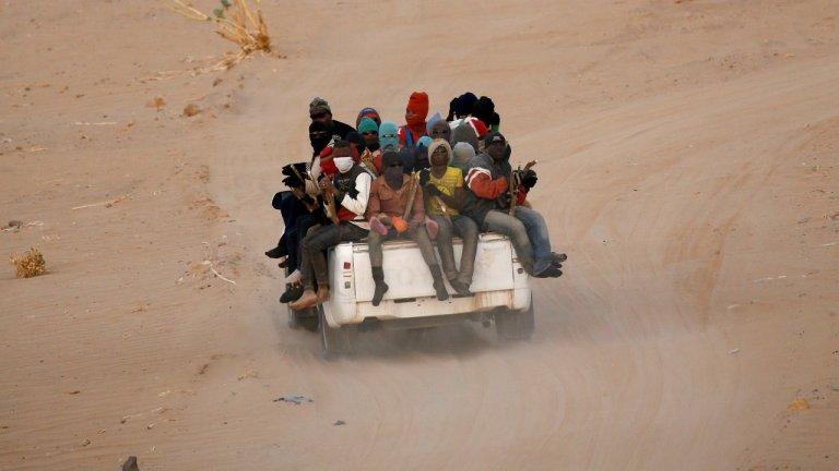 Des migrants entrent en Libye via le désert du Sahara, en 2016. Crédit : Reuters