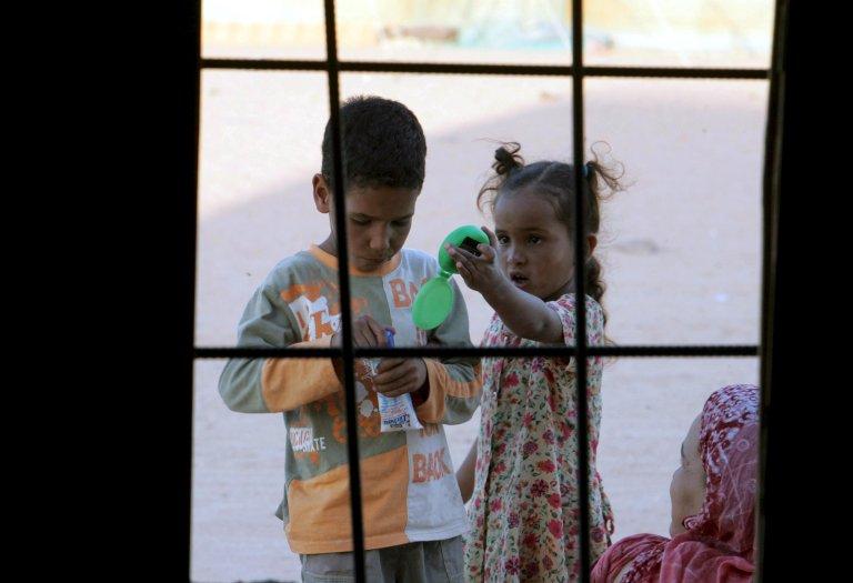 """أطفال من الصحراء الأفريقية يلعبون في مخيم للاجئين في تندوف بجنوب غرب الصحراء الجزائرية. المصدر: """"إي بي إيه""""/ محمد ميسارا."""