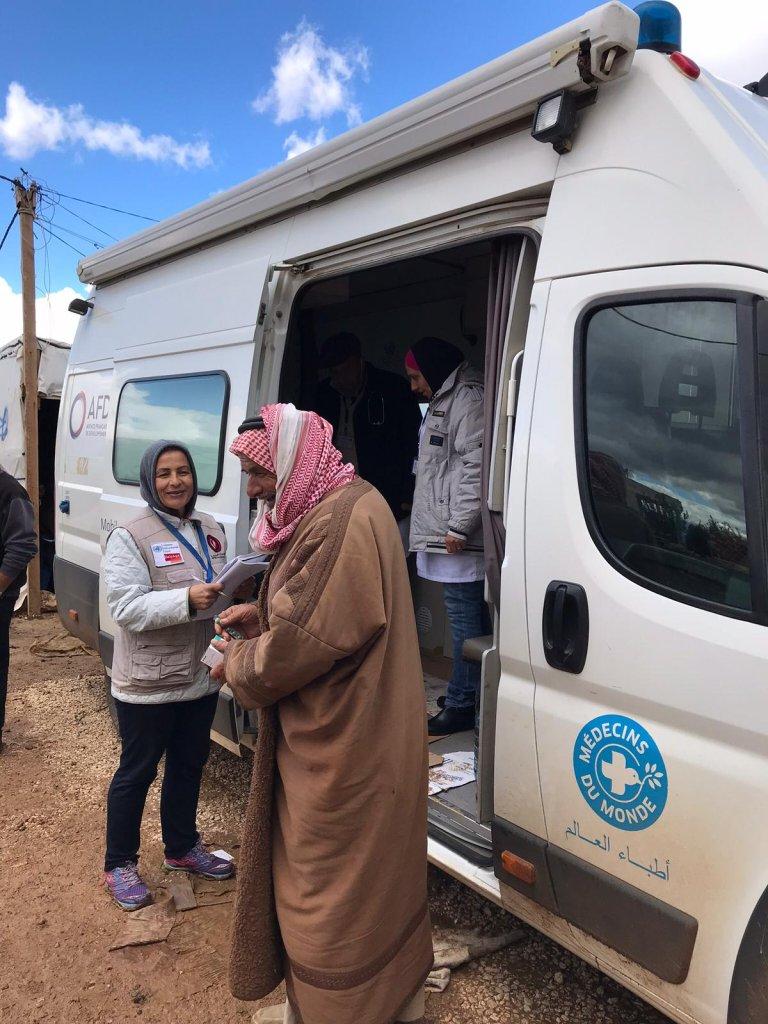 لاجئ سوري أثناء خروجه من العيادة المتنقلة في مخيم الخيارة بلبنان. مهاجر نيوز