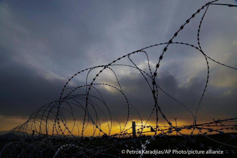 Razor wire is seen along the southern side of a U.N buffer zone that cuts across the ethnically divided Cyprus, during sunset near village of Astromeritis, Tuesday, March 9, 2021 | Photo: Picture alliance/ASSOCIATED PRESS/Petros Karadjias