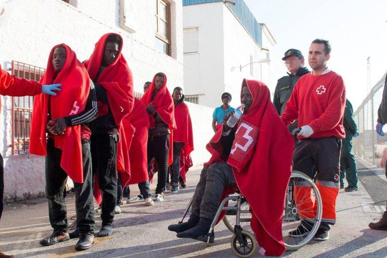 ansa / وصول أحد المهاجرين إلى ميناء موتريل في الأندلس بعد إنقاذه بواسطة قوات البحرية الإسبانية في 23 شباط/ فبراير الجاري. المصدر/ إي بي إيه