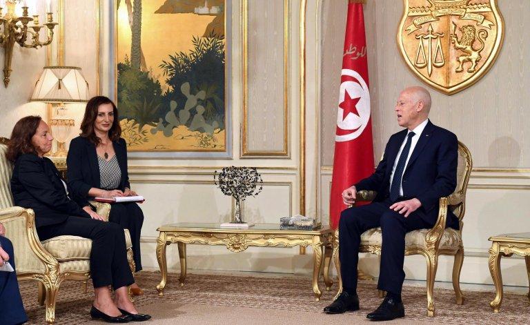 رئيس تونس قيس سعيد خلال استقباله لوتشيانا لامورجيزي وزيرة الداخلية الإيطالية في قصر قرطاج الإثنين الماضي. المصدر: إي بي إيه/ أنسا.