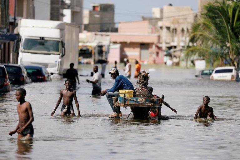 Des habitants dans une rue inondée de Keur Massar, au Sénégal, le 8 septembre 2020. Crédit : Reuters