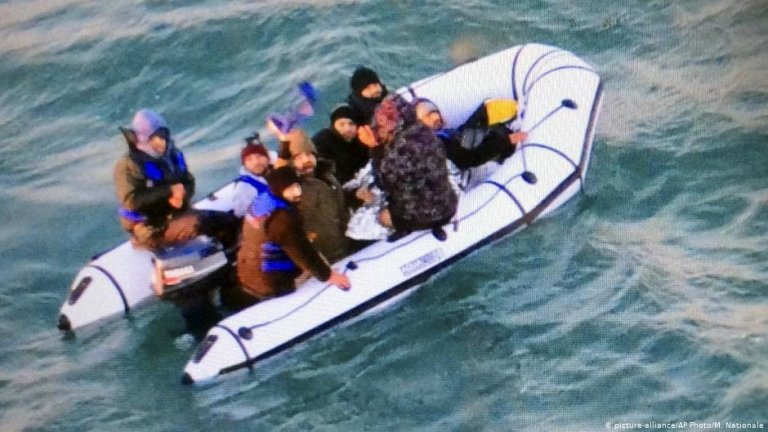 Image from file of migrants on a rubber boat after being intercepted by French authorities off the port of Calais, December 25, 2018 | Photo: Picture alliance/Marine Nationale