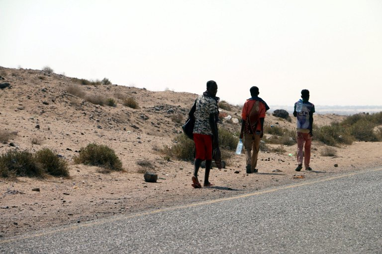 Somali refugees walking beside a road on the western coast of Hodeidah city, Yemen | Photo: EPA/STRINGER