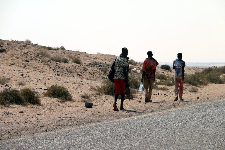 لاجئون صوماليون يسيرون بجانب طريق على الساحل الغربي لمدينة الحديدة ، اليمن | الصورة: EPA / STRINGER