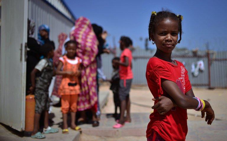 """ansa / لاجئون يعيشون في أحد المخيمات في ضواحي العاصمة الليبية طرابلس. المصدر: صورة من أرشيف من """"إي بي إيه"""""""