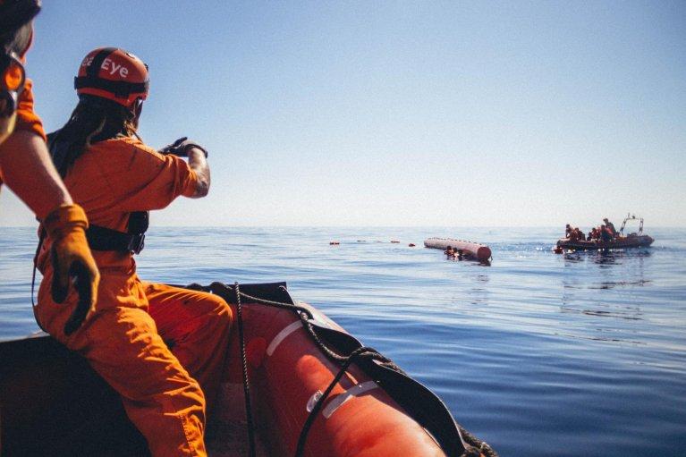 CEDRIC FETTOUCHE / SEA-EYE.ORG / AFP |Des sauveteurs de l'ONG Sea-Eye viennent au secours de migrants en détresse sur la mer méditerranée le 6 avril 2020.