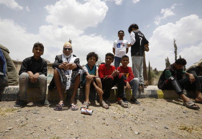 يمنيون ينتظرون مساعدات الغذاء العاجلة، التي تقدمها وكالة مونا الإغاثية، وسط انعدام الأمن الغذائي في صنعاء. المصدر: إي بي إيه/ يحيى أرحب.