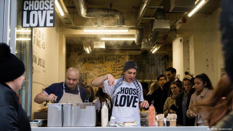 Chef Imad Alarnab and his friend, filmmaker Hassan Akkad, prepare lunch for customers | Photo: DW/M. Karakoulaki