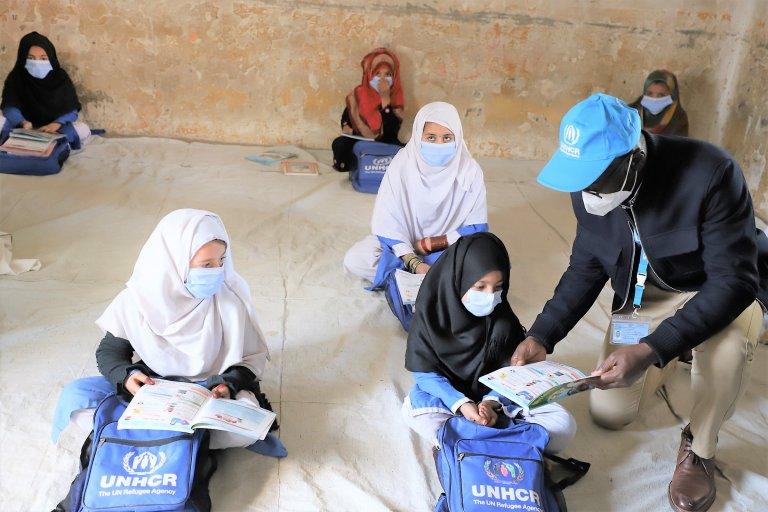 د پاکستان په کمپونو کې ۵۷۰۰۰ افغان ماشومان په زده کړو بوخت دي. انځور: UNHCR
