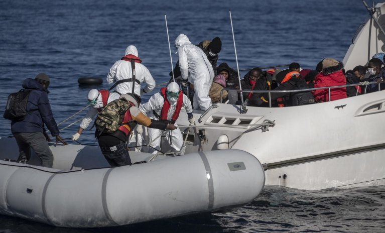 Members of the Turkish Coast Guard taking migrants, who were allegedly pushed back from the Greece side, on a boat during a patrol to search and rescue for migrants offshore the Ayvalik district in Balikesir, Turkey | Photo: ARCHIVE/EPA/ERDEM SAHIN