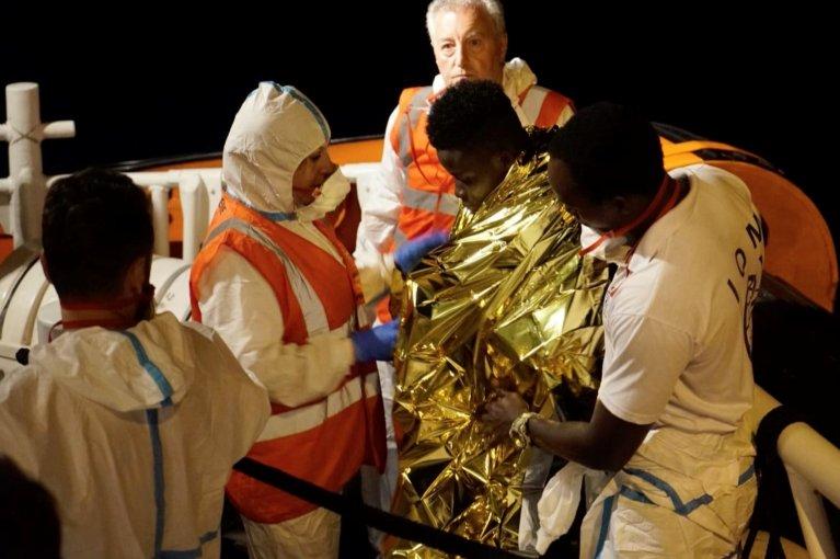 """شقيق المهاجر الذي أجلته السلطات الإيطالية من على متن """"سي ووتش3"""". المصدر: رويترز"""