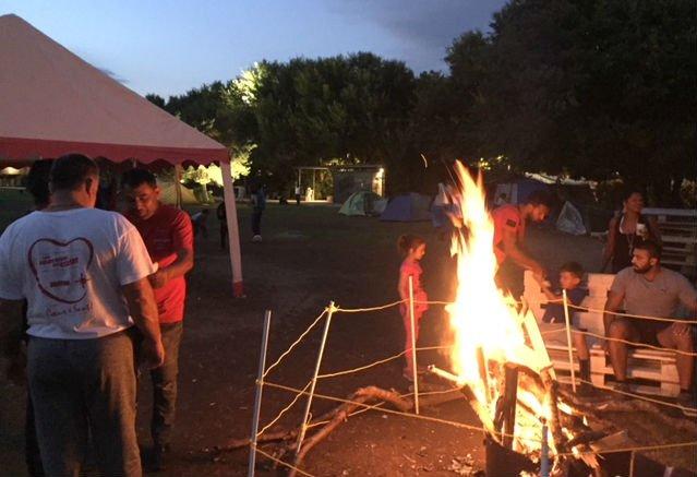 """Environ 300 personnes, dont 80 enfants, dorment dans des tentes dans le centre-ville de Clermont-Ferrand. Crédit : """"Clermont fait monde"""""""