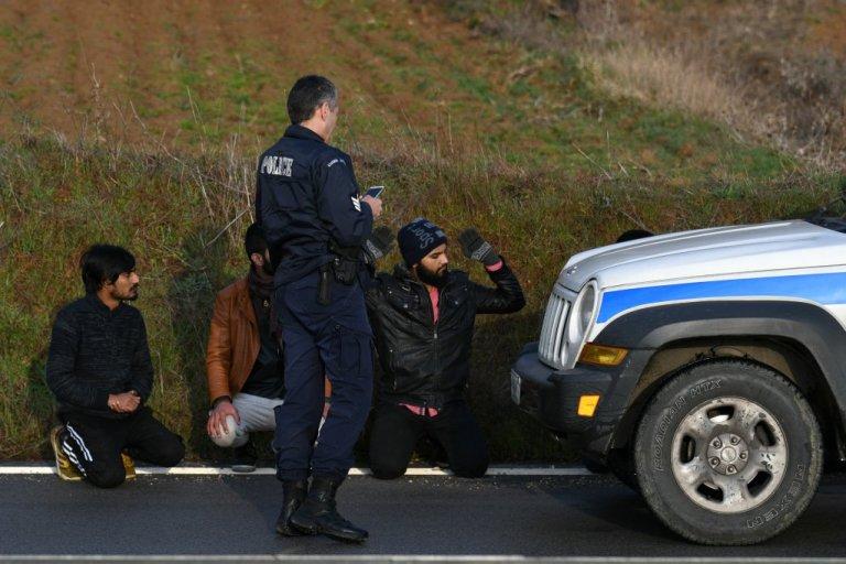 پولیس یونان در حال دستگیری  مهاجران پاکستانی در منطقه اوروس، ٦ مارچ ٢٠٢٠. عکس از رویترز