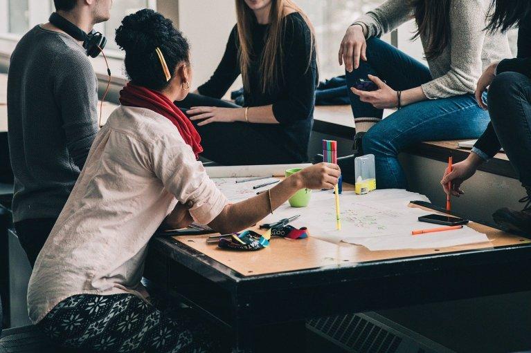 Des étudiants en discussion (illustration). Crédit : Pixabay