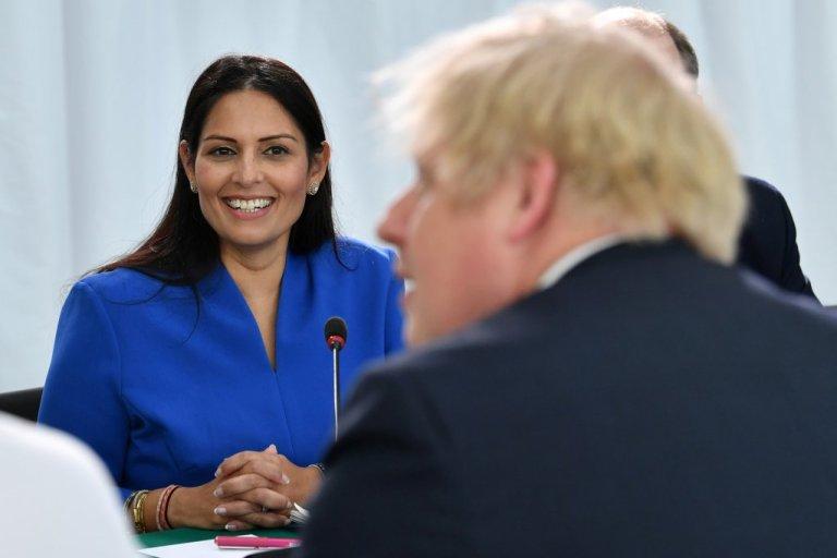 وزيرة الداخلية البريطانية، بريتي باتيل، تجلس أمام رئيس الوزراء بوريس جونسون. 31 يناير 2020. المصدر/ رويترز