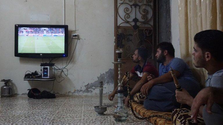 ( أ ف ب) |سوريون يتحلقون حول شاشة التلفزيون لمتابعة مباريات كرة القدم، إدلب (03-09-2017)