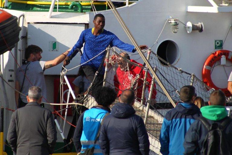 آرشیف:  مهاجران در هنگام پیاده شدن از عرشه کشتی اوپن ارمز در بندر تارانتینو ایتالیا،۲۶ نومبر۲۰۱۹. عکس: انسا