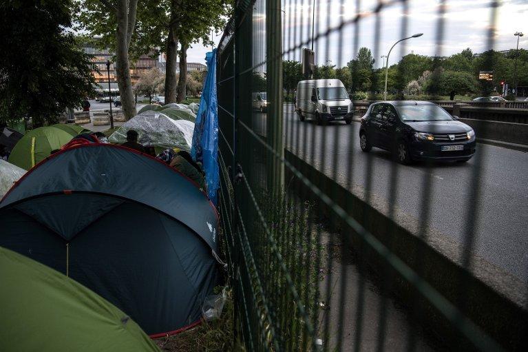CHRISTOPHE ARCHAMBAULT / AFP  Le campement de fortune à la porte d'Aubervilliers, le long du périphérique nord, le 16 mai 2019.