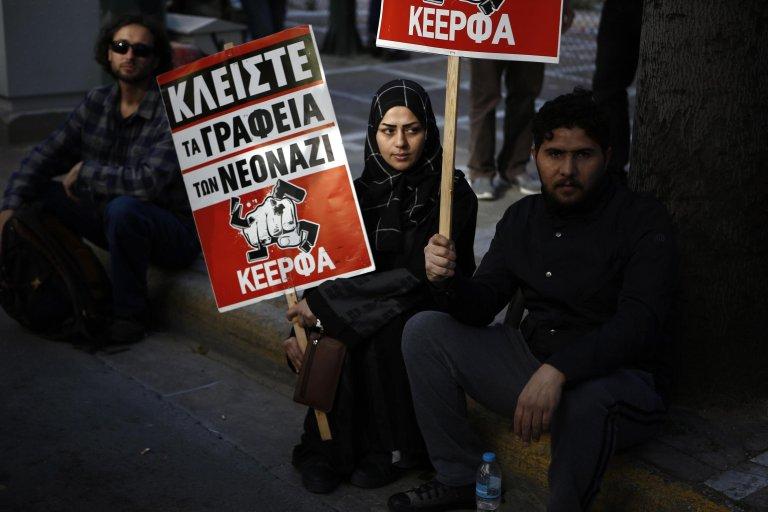 لاجئون ومهاجرون يشاركون في مسيرة مناهضة للعنصرية في وسط العاصمة اليونانية أثينا. المصدر: إي بي إيه/ يانيس كوليسديس.