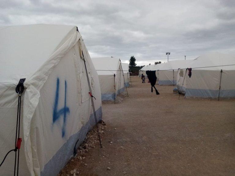 436 migrants, dont des familles avec enfants, ont été emmenés dimanche 15 mars dans un centre fermé, mis sur pied à la hâte, dans la ville de Malakasa, dans la région d'Athènes. Crédit : DR