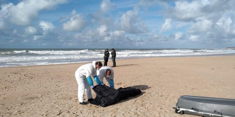 ANSA / أفراد من الحرس المدني الإسباني يحملون جثة مهاجر، كان قد توفي في حادث تحطم قارب صغير في شاطي باروزا بكاديز، جنوب إسبانيا. المصدر: إي بي إيه.