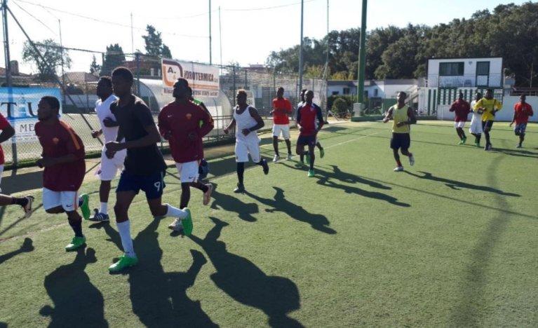 ansa / فريق كرة القدم الذي تم تشكيله بالكامل من طالبي اللجوء واللاجئين