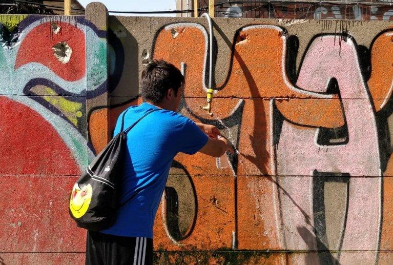 تنها نقطه توزیع آب اشامیدنی و دوش برای دو کمپ مهاجران در پورت دوبر ویلیه،  ٢٦ جون ٢٠١٩. عکس مهاجر نیوز