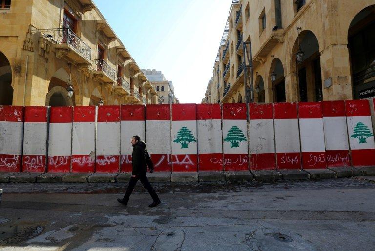 جدار إسمنتي أقامته السلطات على مدخل شارع مؤد إلى مبنى مجلس النواب، لمنع المتظاهرين من الوصول إليه. 24 كانون الثاني/يناير 2020. رويترز